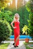Muchacha en vestido rojo el día de fiesta Fotos de archivo libres de regalías