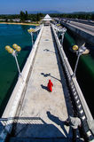 Muchacha en vestido rojo en el puente Fotografía de archivo libre de regalías