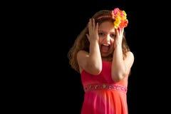 Muchacha en vestido vibrante que actúa asustada Fotos de archivo