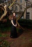 Muchacha en vestido victoriano en el parque imagenes de archivo