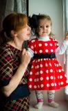 muchacha en vestido y madre del lunar Fotografía de archivo