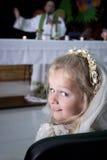 Muchacha en vestido y velo de la comunión santa Imagen de archivo libre de regalías