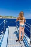 Muchacha en viaje tropical del barco Fotografía de archivo