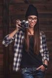 Muchacha en vidrios con la cámara del vintage Foto de archivo libre de regalías