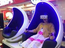 Muchacha en vidrios de VR en la alameda de compras de Lottemart Imagenes de archivo