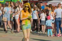Muchacha en vidrios y pintura amarilla El festival de los colores Holi en Cheboksari, república del Chuvash, Rusia 05/28/2016 Foto de archivo