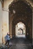 Muchacha en vieja arquitectura de la ciudad Imágenes de archivo libres de regalías