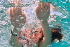Muchacha en zambullida de la máscara de la natación en el mar cerca del arrecife de coral imagen de archivo libre de regalías