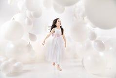 Muchacha encantada entre los globos numerosos Fotos de archivo
