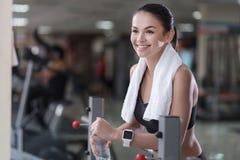 Muchacha encantada que se relaja después de entrenar en un gimnasio fotos de archivo libres de regalías
