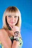 Muchacha encantadora con diversos relojes en la mano Foto de archivo