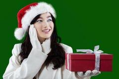 Muchacha encantadora con el regalo de la Navidad imágenes de archivo libres de regalías