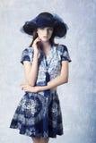Muchacha encantadora con el sombrero precioso fotografía de archivo