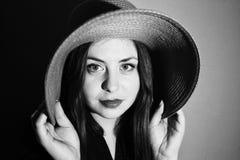 Muchacha encantadora con el sombrero rosado blanco y negro Fotos de archivo