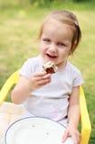 Muchacha encantadora con la torta Imagenes de archivo