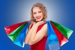 Muchacha encantadora con las compras Foto de archivo libre de regalías