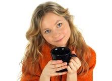 Muchacha encantadora con una taza grande de té imagen de archivo libre de regalías