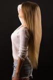 Muchacha encantadora del adolescente con el pelo largo Foto de archivo