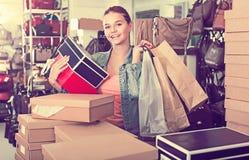 Muchacha encantadora del adolescente que sostiene las cajas en boutique de los zapatos Fotografía de archivo