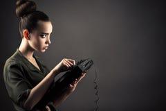 Muchacha encantadora detrás de los telecontroles de DJ Fotos de archivo libres de regalías