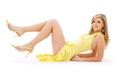 Muchacha encantadora en alineada amarilla Imagen de archivo libre de regalías
