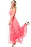 Muchacha encantadora en pierna de elevación del vestido de fiesta sin tirantes Fotografía de archivo