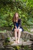 Muchacha encantadora joven el adolescente con el pelo largo que camina en el parque en día de verano soleado caliente de Lviv Str Fotos de archivo libres de regalías