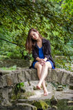 Muchacha encantadora joven el adolescente con el pelo largo que camina en el parque en día de verano soleado caliente de Lviv Str Imagen de archivo libre de regalías
