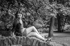 Muchacha encantadora joven el adolescente con el pelo largo que camina en el parque en día de verano soleado caliente de Lviv Str Imagenes de archivo