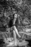 Muchacha encantadora joven el adolescente con el pelo largo que camina en el parque en día de verano soleado caliente de Lviv Str Fotografía de archivo libre de regalías