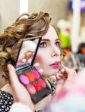 Muchacha encantadora que hace maquillaje en un salón de belleza Fotografía de archivo