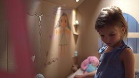 Muchacha encantadora que juega en casa del juguete almacen de video