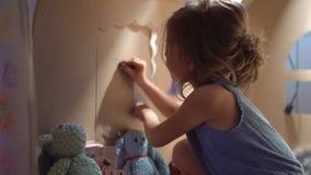 Muchacha encantadora que juega en casa del juguete almacen de metraje de vídeo