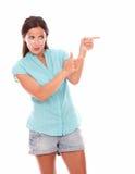 Muchacha encantadora que señala a su izquierda Imagen de archivo