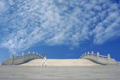 Muchacha encantadora que se ejecuta abajo del puente de piedra Fotos de archivo libres de regalías