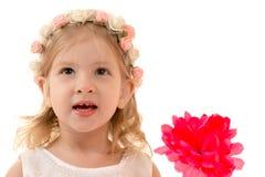 Muchacha encantadora sonriente del retrato con el borde en la cabeza Imágenes de archivo libres de regalías