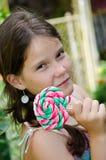 Muchacha encantadora y un caramelo fotos de archivo libres de regalías