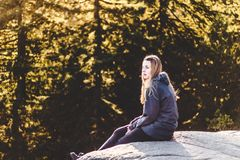 Muchacha encima de la roca de la mina en Vancouver del norte, A.C., Canadá Fotos de archivo libres de regalías