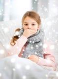 Muchacha enferma con gripe en casa Fotografía de archivo