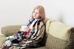 Muchacha enferma con la taza de té caliente Foto de archivo