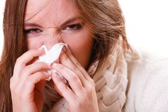 Muchacha enferma de la mujer con fiebre que estornuda en tejido imagenes de archivo