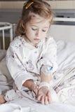 Muchacha enferma en hospital Foto de archivo libre de regalías