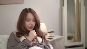 Muchacha enferma que miente en cama Malo de la sensación de la mujer joven en dormitorio Mujer enferma almacen de video