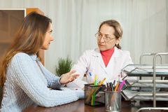 Muchacha enferma que se queja al doctor Foto de archivo libre de regalías