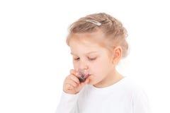 Muchacha enferma que toma el jarabe de la tos Fotografía de archivo libre de regalías