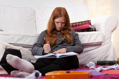 Muchacha enojada antes del examen difícil Fotografía de archivo