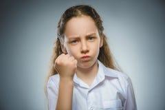 Muchacha enojada con la griterío de la mano para arriba aislada en fondo gris Imágenes de archivo libres de regalías