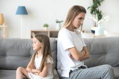 Muchacha enojada de la madre y del niño que no habla después de lucha fotografía de archivo libre de regalías