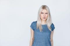Muchacha enojada del adolescente sobre fondo gris Fotografía de archivo libre de regalías