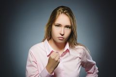 Muchacha enojada en fondo gris Fotografía de archivo libre de regalías